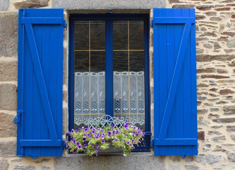 une fenêtre bleue d'une maison à Cancale en Bretagne