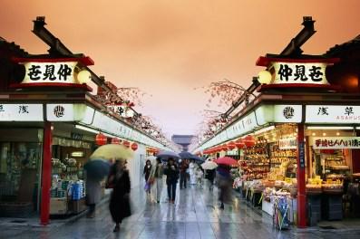 jalan nakamise tempat shopping di asakusa jepang
