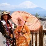 peserta berfoto dengan gunung fuji di iyashi no sato