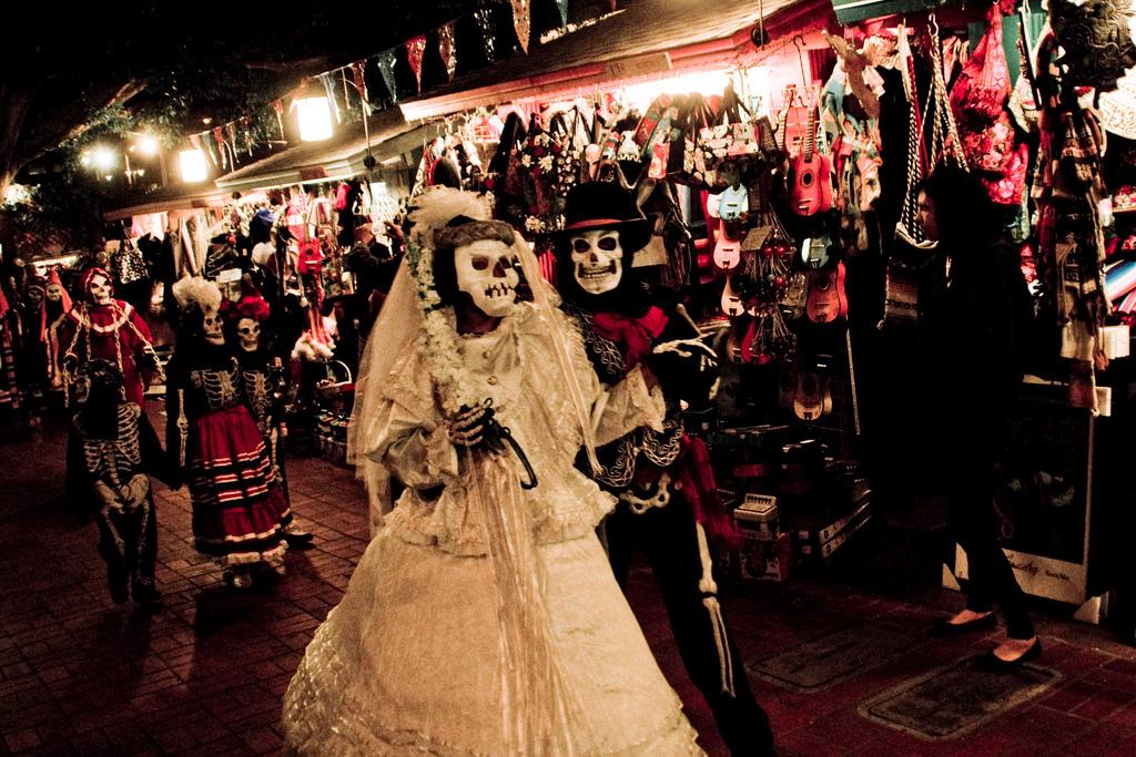 участники карнавала на День Мертвых в гриме