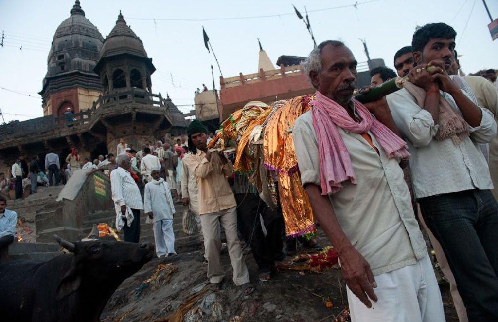 похоронная процессия в Варанаси