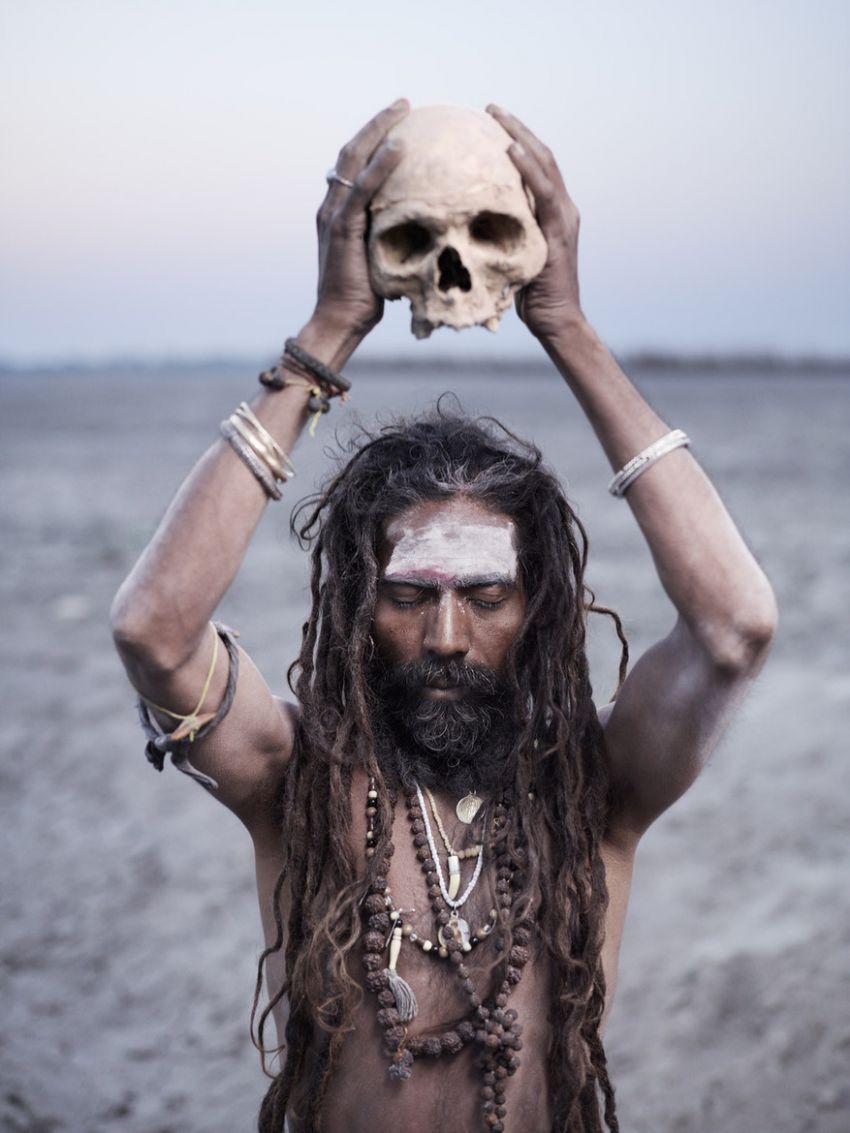 агхори с черепом в руках
