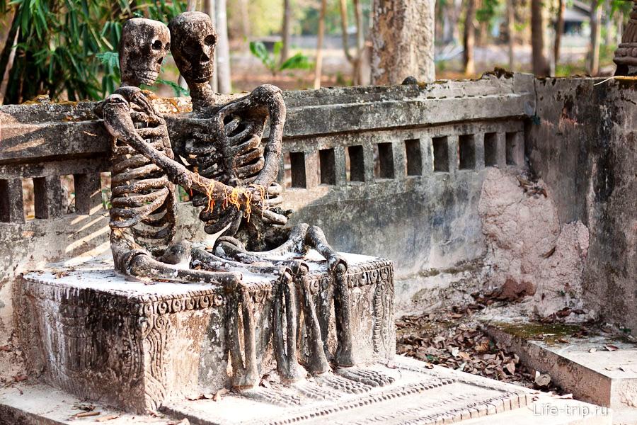 парочка бетонных скелетов