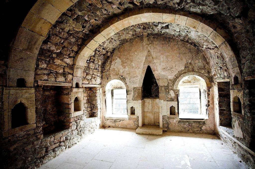 зал монастыря сумела