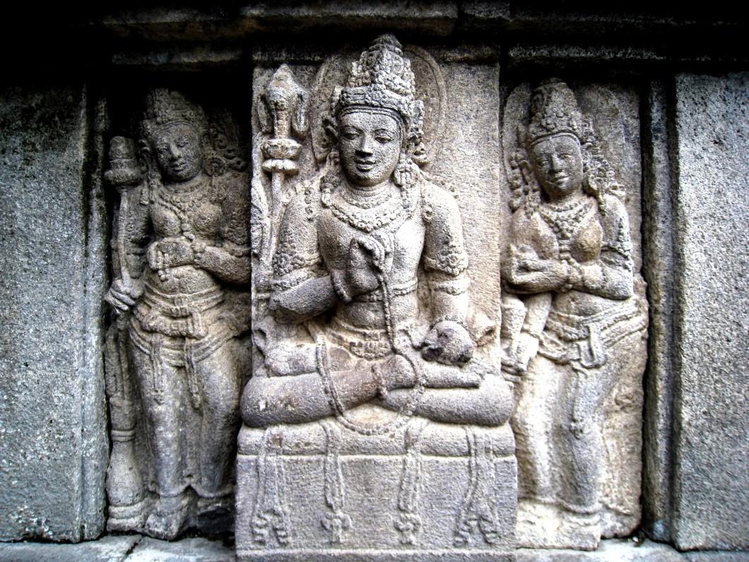 статуи апсар в прамбанане