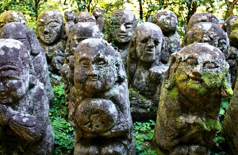 веселые человечки японского храма