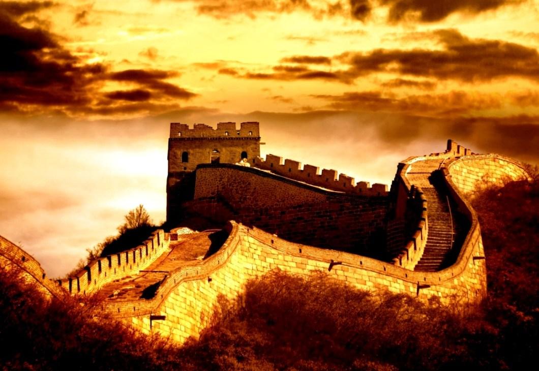закат солнца над великой стеной