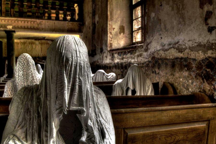 привидение в церкви