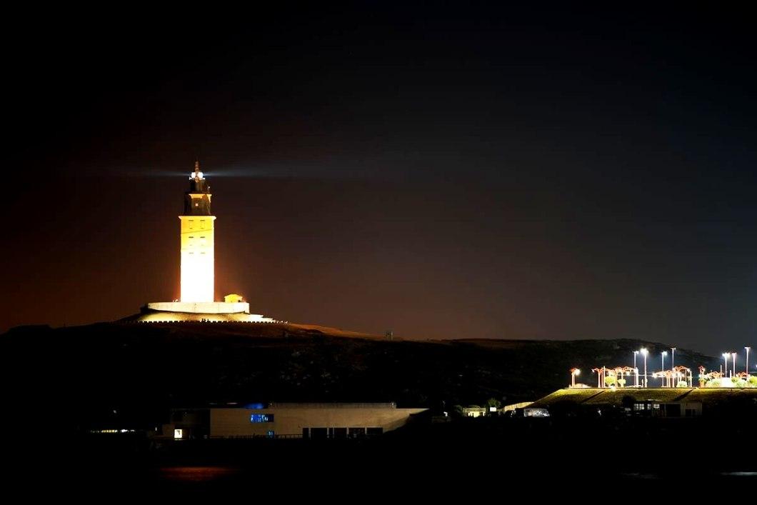башня геркулеса в подсветке