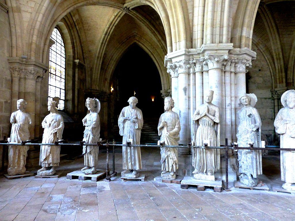 статуи в буржском соборе