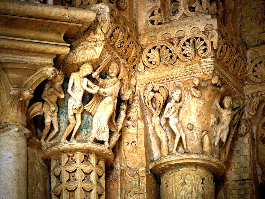 колонны буржского собора