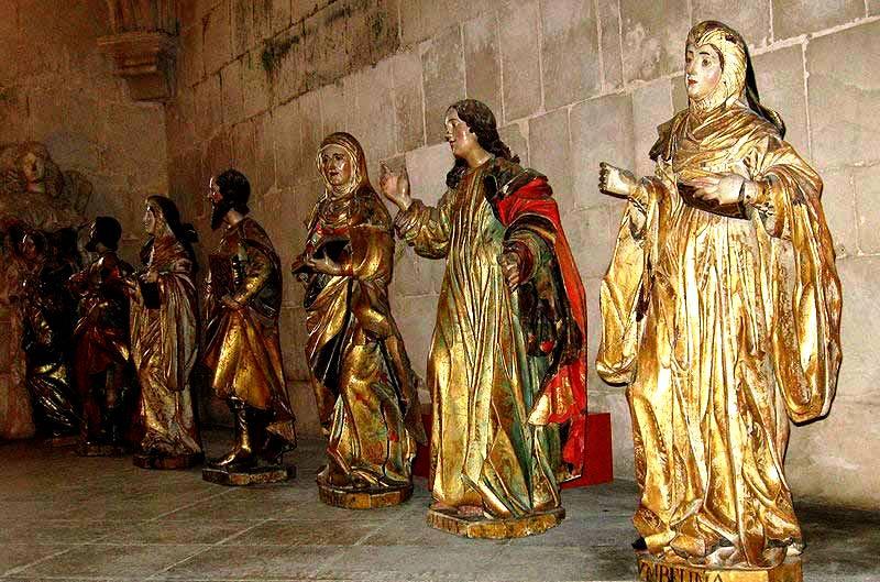 изваяния святых