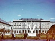 """German """"V"""" sign in front of Presidential Palace in Warsaw"""