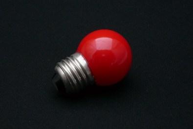 Une ampoule teinte en rouge