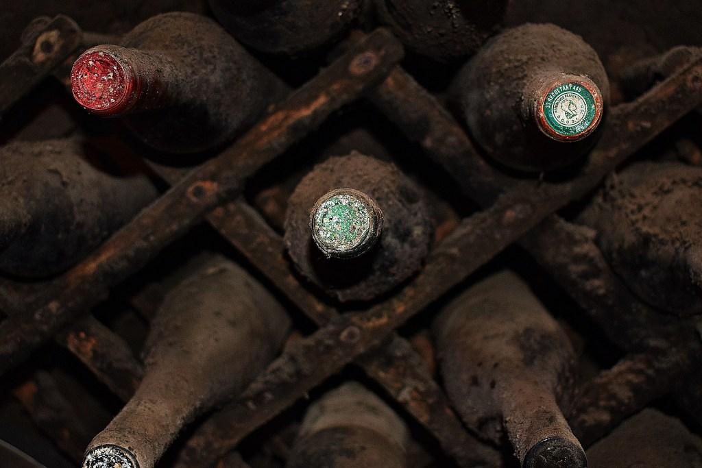 Vieilles bouteilles en cave
