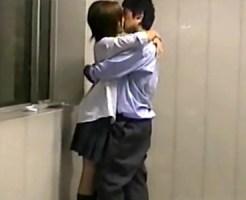 【JKリアル盗撮動画】学校の階段でキスしてパンツの中を触る生々しい女子校生カップルを同級生が隠し撮り…