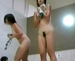 【女湯盗撮動画】銭湯の浴槽から出てきた日焼け跡クッキリの女子…スクール水着ってことはJCかJKか!?