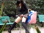 【野ション盗撮動画】一瞬目を疑ってしまう光景…素人ギャルが公園で立ちションwww