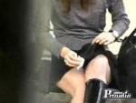 【イタズラ盗撮動画】ベンチに座る素人ギャルに精子ぶっかけて逃亡…その時のギャルの反応を隠し撮りww