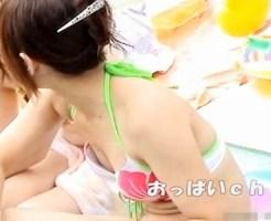 【水着盗撮動画】貧乳女子は注意が必要wwビキニ水着の隙間から完全に見えてる乳首ポロリを隠し撮りww