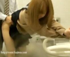 【SEX盗撮動画】放尿盗撮でトイレに設置した隠しカメラに援交JKの着衣セックス動画が録画され流出した問題…