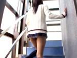 【フェラチオ盗撮動画】八重歯が可愛い女子校生が階段パンチラで隣人を誘惑…見とれた男に即尺ww