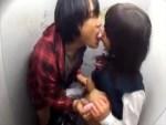 【援交隠撮動画】2万円受け取りクソ汚い公衆トイレで援交する女子校生に立ちバックで中出しww