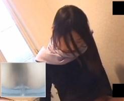 【オナニー隠撮動画】女子トイレで指オナする童顔女子…わずか3分で何度も潮吹く敏感な女ww