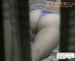 【民家盗撮動画】紫サテン生地Tバックで尻丸出しの隣人の娘…窓から丸見えのオナニーを隠し撮りww