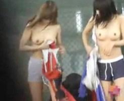 【野外着替え隠撮動画】テニスサークルで汗を流した女子大生が誰もいないコートで乳丸出しで私服に…