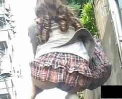 【パンチラ隠撮動画】Tバックがズレて尻穴が丸見えのアナル露出をした素人を接写で隠し撮りww