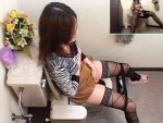 【トイレオナニー隠撮動画】奥手な彼氏の自宅トイレで欲求抑えきれない女子大生が自慰行為を隠しカメラ撮りww
