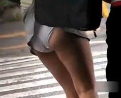 【パンチラ隠撮動画】信号待ちしてるミニスカ素人の真横に立ってカバン引っ掛けスカート捲りww