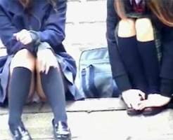 【パンチラ隠撮動画】河川敷で恋バナでもしてそうな制服女子校生の座りパンチラを隠し撮りww