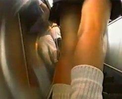 【逆さ撮り隠撮動画】少し年代を感じるが足が綺麗な最高太ももをした女子校生のパンチラ隠し撮りww