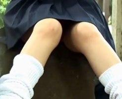 【パンチラ隠撮動画】友達を公園で待つ女子校生のなかなか見えないパンチラ…見えたら奇跡のマンチラww