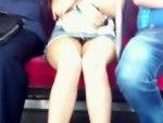 【パンチラ隠撮動画】デニムミニスカを履いた足が綺麗な美脚素人を電車内で隠し撮りww