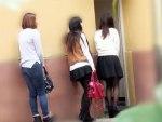 【おしっこ隠撮動画】行楽地で行列が出来る女子トイレに設置された隠しカメラ…和式トイレで豪快に放尿する素人女子ww