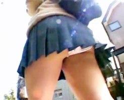 【逆さ撮り隠撮動画】気温が上がればスカート丈も上がる!?ミニ過ぎる女子校生の帰宅でパンツ丸見えww