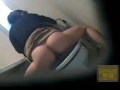 【トイレオナニー隠撮動画】セックスを我慢させ続けた嫁が自宅トイレのウォシュレット使って自慰行為ww