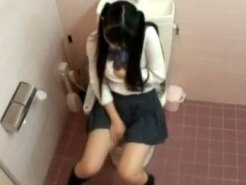 【JKトイレオナニー盗撮動画】性の目覚めは突然…黒髪でロリ女子校生が子宮うずいて学校便所で自慰行為ww