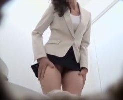 【立ちション盗撮動画】公衆トイレのドアが壊れてるため必然的に立ってオシッコするしかない女性たちを隠しカメラ撮りww