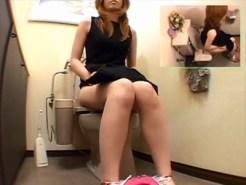 【トイレオナニー盗撮動画】ティッシュで拭いたオマンコの刺激で耐えれず自宅便所で自慰行為するギャル姉ww