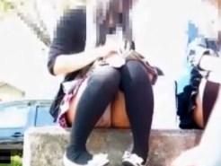 【座りパンチラ盗撮動画】ニーソックスに幼い服装の黒髪女子が公園でパンチラしてるところをクロッチ接写撮りww