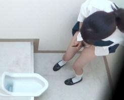 【トイレオナニー盗撮動画】文房具を使って女子便所で自慰行為する制服JKたちを隠しカメラ撮りww