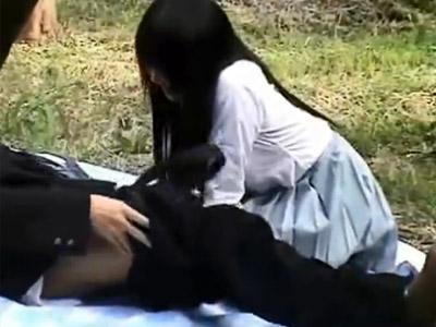 【JK青姦盗撮動画】彼氏の押しに負けて人気が少ない公園でフェラチオをするロリ可愛い女子校生を隠し撮りww