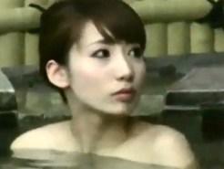 【露天風呂盗撮動画】アイドルグループに所属出来そうなほど美人女性が女湯に入る様子を隠し撮りww
