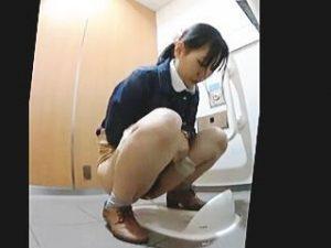 【盗撮】最新式なのになぜか便器は和式なトイレでオシッコしてる女子たちを隠し撮り♪