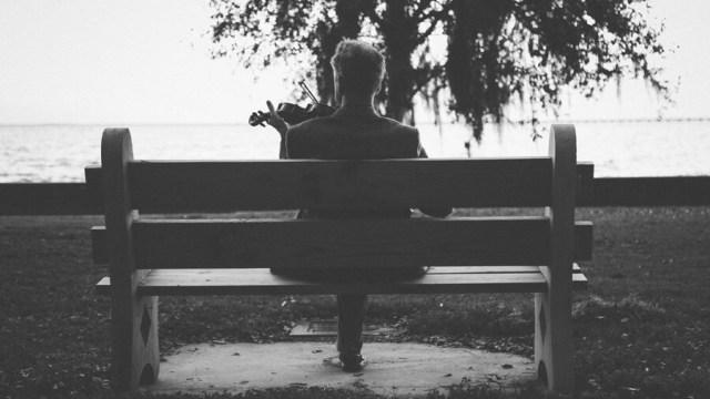 ベンチに座る中年男性