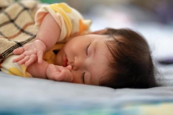 小さな子どもと寝ている